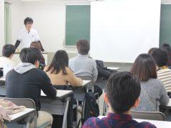 合格発表をドキドキしながら待つ卒業生たち。
