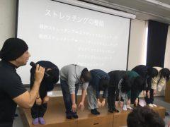 みんなで前屈を行い、筋肉の動きを体感します!