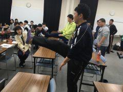 足を蹴り上げて、前側の筋肉を意識的に刺激します!
