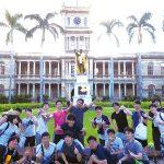 カメハメハ大王像の前で集合写真