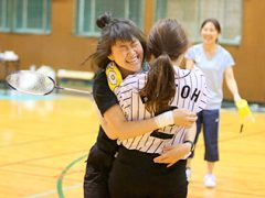 抱き合って大喜び!!