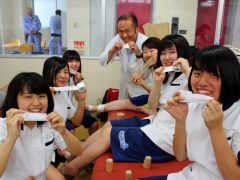 美女に囲まれ、堀口先生も嬉しそうww