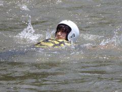 水の流れに乗って岸まで効率的に泳ぐ方法