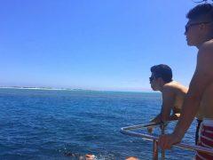 海を眺める学生。サングラスが似合いますね!