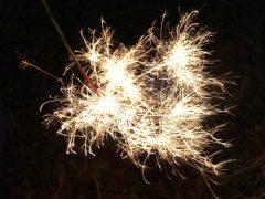 線香花火、すごくきれいに光ってますね!