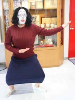 事務局の岩嵜さん。今年はクッキーの白塗り柴田理恵Ver.