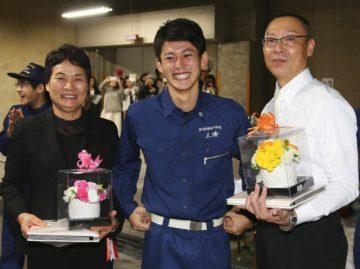 昼間部 総代を務めた三浦 大知くん(中央)と担任の奥元先生(右)、寺師先生(左)
