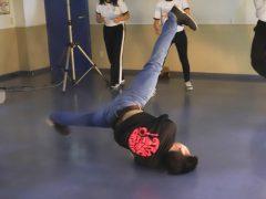 鍼灸師学科・中土先生のブレイクダンス