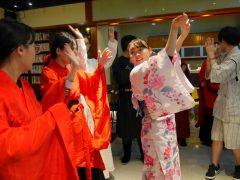 盆踊りを伝授!中国の学生も真似をします!