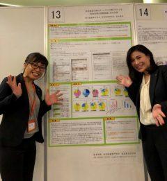 ポスター発表をした岩本(左)と鍼灸師学科の篠塚先生(右)