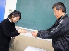 絶対合格してほしい!!という想いが込められた鉛筆を皆に手渡し中。