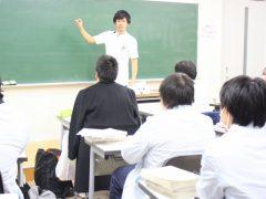 姫先生のアッツイ補講。今はまだ何もありませんが、この後、黒板には文字が埋め尽くされるほどに…!!?