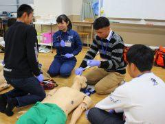 実際に救急救命士の体験!参加者の方も真剣です!