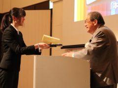 太田学校長から表彰状が手渡されました。