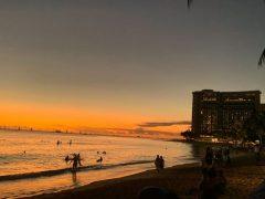 ワイキキビーチからの夕日は世界一です(栗田的に)