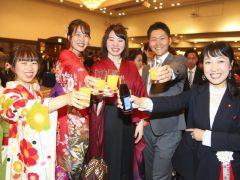 卒業記念パーティー、先生も一緒に乾杯!