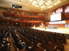 とっても大きなホールで行われる入学式!!