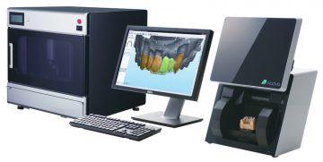 右の機械で歯をスキャン。真ん中のパソコンで歯を設計。左の機械で歯を削り出します!