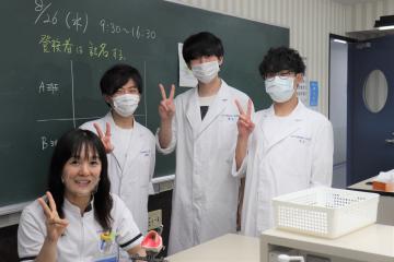 卒業研究の実験をする学生と石田先生