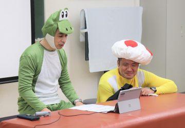 ヨッシーのコスプレをする岩崎先生とキノピオのコスプレをする堀口先生