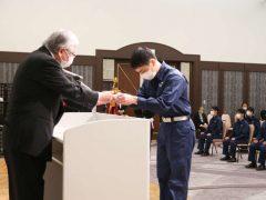 神納先生から徽章が授与されました