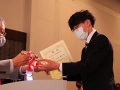 受賞者にはトロフィーが授与されました!