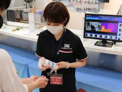 消毒の徹底!!AIサーモで体温を入口で測れるようになりました。